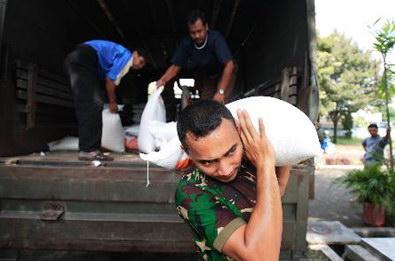 图文:灾民搬运救援物资