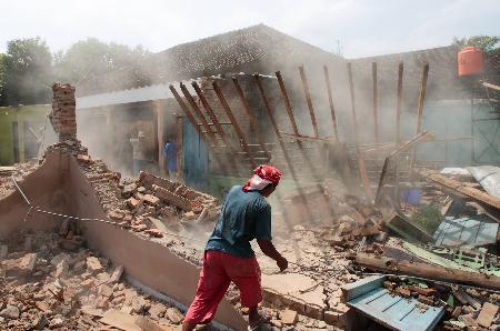图文:人们清理废墟
