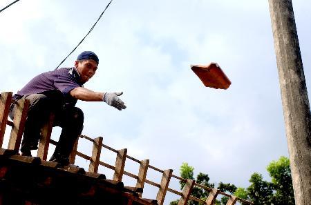 图文:印尼地震灾民修建被摧毁的房屋