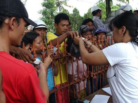 组图:印尼班图尔地震灾民领取救济食品