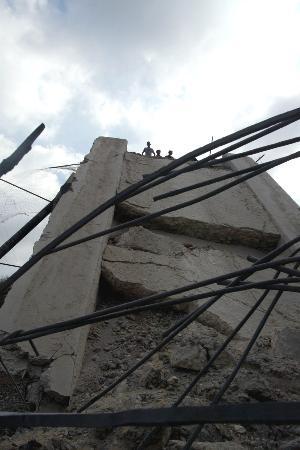 图文:巴勒斯坦儿童在被以炸毁的桥梁上玩耍