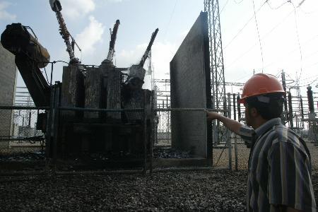 图文:巴勒斯坦工人查看被以炸毁的发电机组