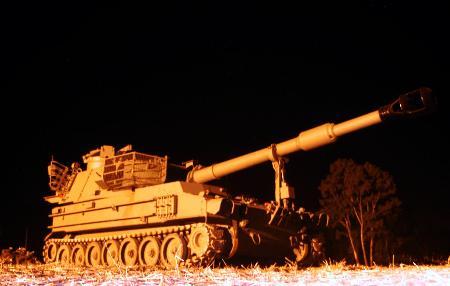 图文:以色列军队自行火炮准备向加沙地带开火