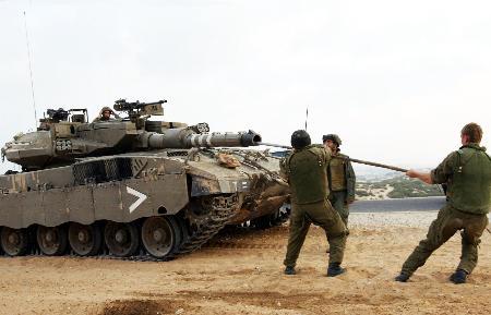 图文:以色列士兵在加沙北部清理坦克炮筒