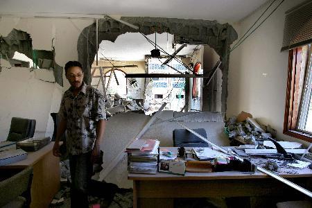 图文:巴勒斯坦人查看被炸的巴勒斯坦总理府