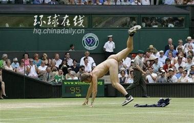 组图:男子在温网女单四分之一决赛中裸奔图片