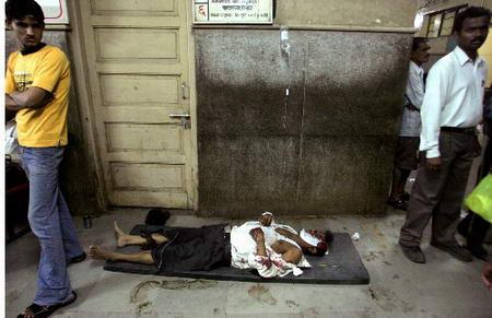图文:伤员躺在医院的地板上等待救治