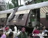 图文:孟买连环爆炸中遭炸弹袭击的火车