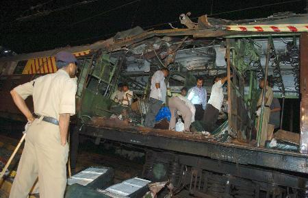 图文:工作人员在被炸毁的车厢里检查
