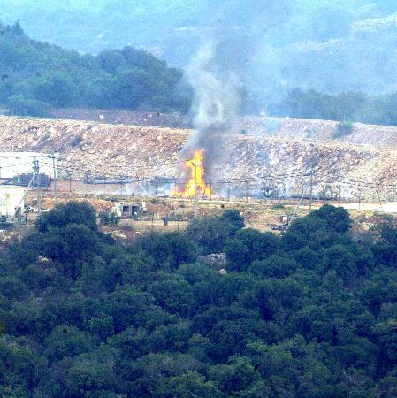 图文:以色列弹药库被击中起火