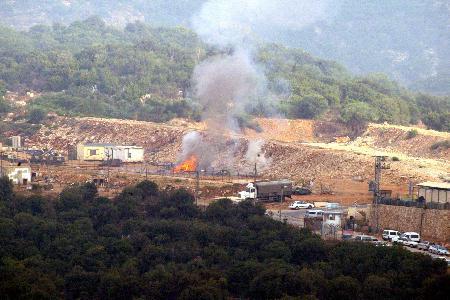 图文:一处以色列弹药库被击中后起火