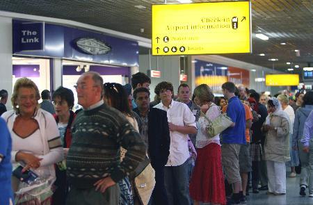 图文:希思罗机场内旅客排起长队等待安检