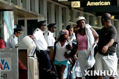 图文:乘客前往办理登机手续