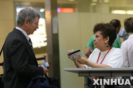 图文:安检人员检查乘客的证件