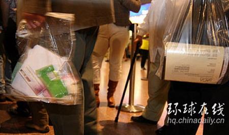 图文:乘客只能携带透明的手提袋上飞机
