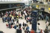 图文:英国旅客出行改乘火车 火车站客流猛增