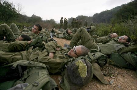 图文:以色列士兵躺在地上休息