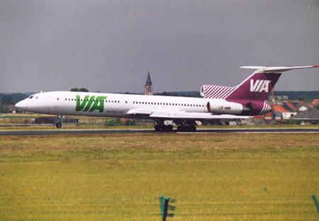图文:图-154客机在跑道上滑行