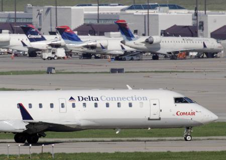 图文:美国一架中型客机坠毁造成50人死亡