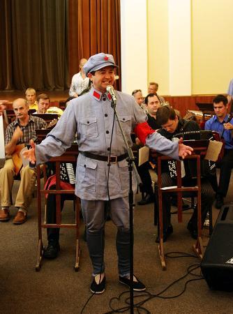 图文:俄红旗歌舞团唱响《长征组歌》