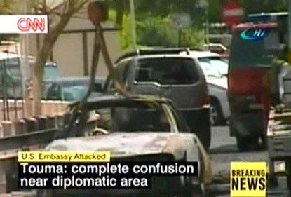 图文:美国驻叙利亚使馆遭袭现场车辆被毁