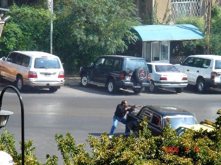 图文:叙利亚安全人员在遭袭击后采取反击