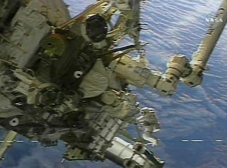 图文:宇航员太空行走安装组件