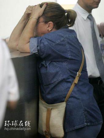 图文:坠毁航班乘客亲属心情焦虑