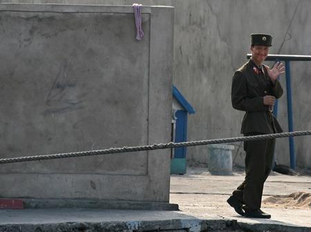 图文:北朝鲜士兵在哨所外