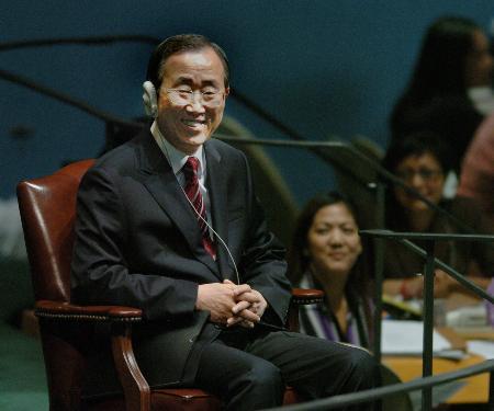 图文:出席联大全体会议的潘基文在主席台就座