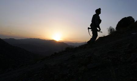 美国 阿巴/美国士兵阿巴边境搜寻塔利班分子。