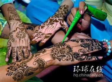 组图:穆斯林少女展示手上精致图案