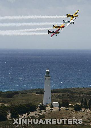 参加红牛飞行比赛的飞机从澳大利亚西部城市珀斯附