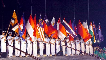 图文:东盟及其他与会方旗帜在亮灯仪式上飘扬