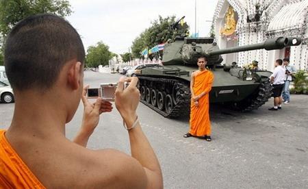图文:泰国和尚在坦克边合影留念