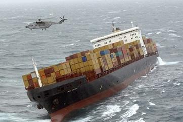 组图:英国货船受风暴影响沉没