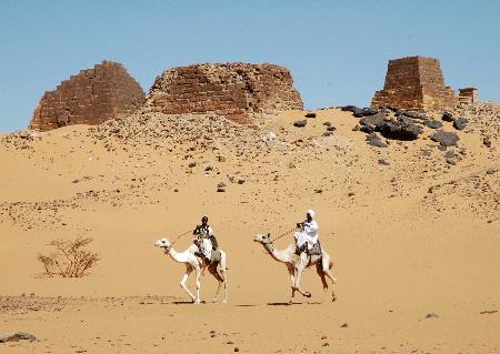 图文:苏丹麦罗埃金字塔群遗址