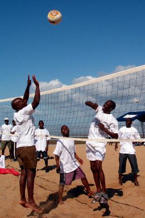 图文:莫桑比克青年在海滨打沙滩排球