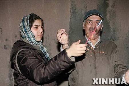 组图:伊朗民众走上街头庆祝跳火节