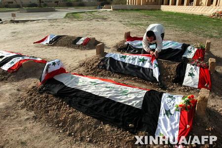 组图:萨达姆儿子尸骨被安葬在其父墓地周围