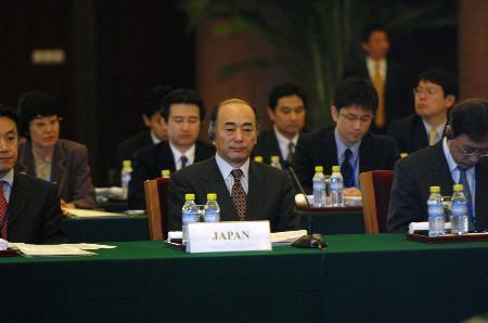 图文:日本代表团团长佐佐江贤一郎在会上