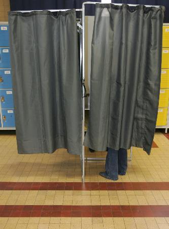 图文:选民在巴黎17区投票站填写选票