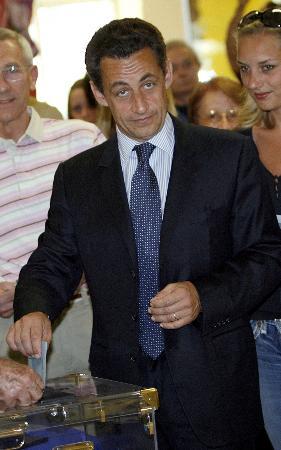 图文:萨尔科齐参加法国总统选举投票