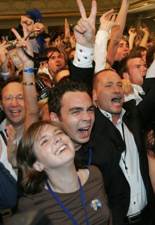 图文:萨尔科齐支持者为投票结果欢呼