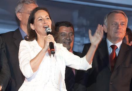 图文:法国总统候选人罗亚尔对支持者发表讲话