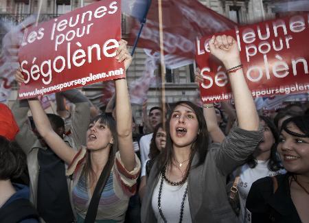 图文:法国总统候选人罗亚尔的支持者举行集会
