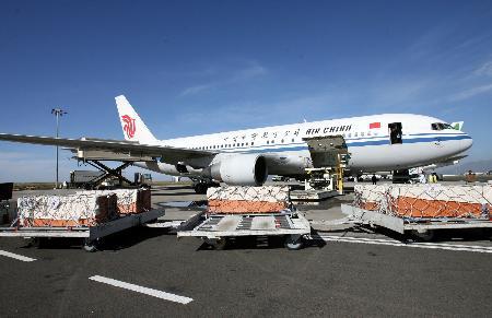 图文:在埃塞遇难中国人棺柩等待被运上飞机