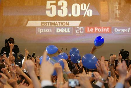 图文:萨科齐支持者集会庆祝选举胜利