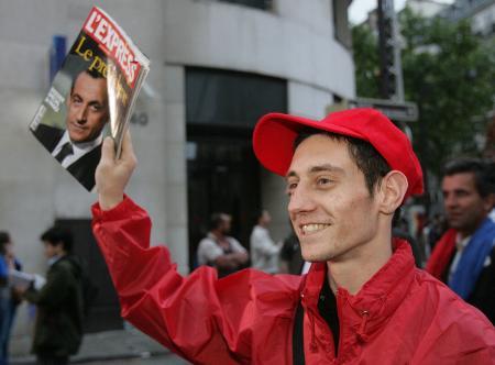 图文:年轻人叫卖报道当选的《快报》周刊号外