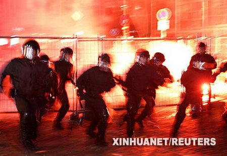 组图:德国汉堡约2000人向警方示威